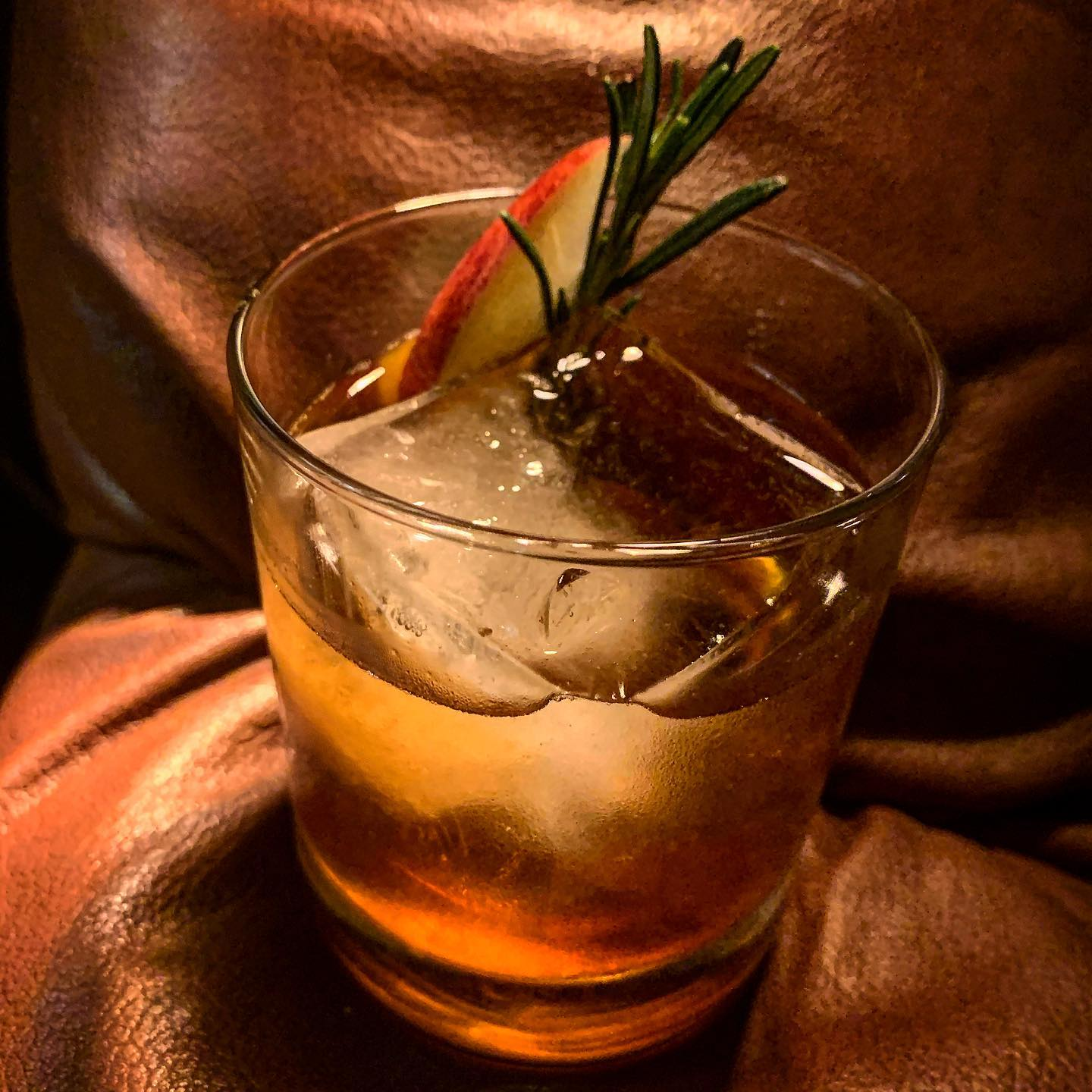 Veckans Cocktail:Apple of your eye -Calvados, Arrak, Averna , Äppelcider&Rosmarin syrup #cocktail#cocktails